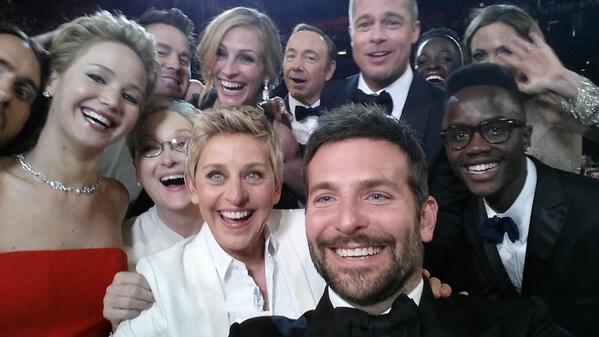 A apresentadora Elle DeGeneres em meio a astros presentes na cerimônia do Oscar